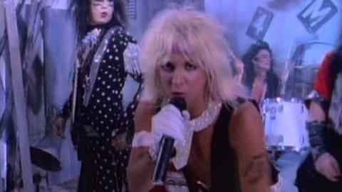 Mötley Crüe - Smokin In The Boys Room