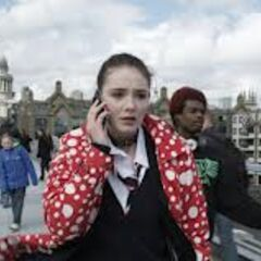 Gwen telefoniert nach ihrem ersten Zeitsprung auf der Millenium Bridge