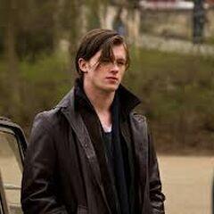 Gideon holt Gwen von der Schule ab