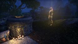 Призрак Мендола рядом с его могильным камнем