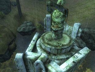 Сундук около статуи