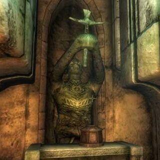 Posąg w ruinach Ayleidów