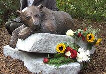 Denkmal 'Knut der Träumer' für den Eisbären Knut im Zoologischen Garten Berlin (Bronze und Granit), Bildhauer Josef Tabachnyk