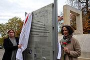 2013-10-25 Enthüllung der Informationstafel am Holocaust-Mahmmal in Hannover, 21a, Ingrid Wettberg, Vorsitzende Liberale Jüdischen Gemeinde Hannover, und Kultur- und Schuldezernentin Marlis Drevermann (2)