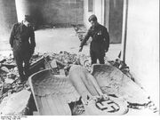 Bundesarchiv Bild 183-R77793, Berlin, Rotarmisten in der Reichskanzlei
