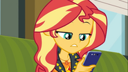 EG COYA02 Sunset Shimmer bierze telefon Twilight