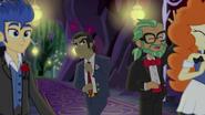 EG4 Zdenerwowany Filthy Rich poprawia krawat i odchodzi