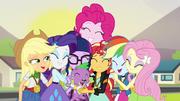 Twilight es recibida por las Equestria Girls EG3