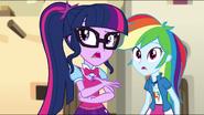 EG MF Rainbow słucha przyjaciółki