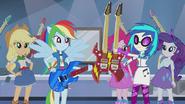 DJ Pon-3 daje Rainbow Dash wygraną gitarę w Walka o gitarę