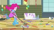 EG Pinkie radośnie zamiata konfetti