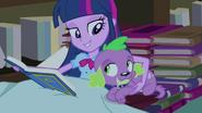 EG1 Twilight czyta kronike szkolną