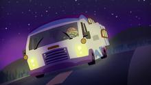 EGS7 Sunset przyspiesza samochód kempingowy w dół drogi