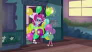 EG BT4 Pinkie Pie wita Lily