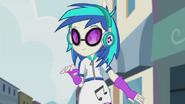 DJ Pon-3 idzie ulicą tańcząc w Muzyka dla moich uszu