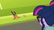 EG COYA05 Sunset Shimmer i Spike leżą na trawie zmęczeni
