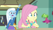 EG BT9 Trixie podnosi rękę i woła Pana Doodle