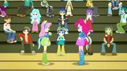 EG SS4 Pinkie, Fluttershy i uczniowie na sali gimnastycznej