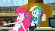 EG COYA04 Pinkie staje się podekscytowana obok Rainbow Dash
