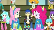 EG SS4 Pinkie patrzy na Fluttershy