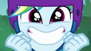 EG BT 32 Rainbow Dash uśmiecha się z podniecenia