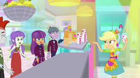 Applejack pointing at Ginger Owlseye SS9