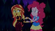 EG SBF Sunset pociesza smutną Pinkie Pie