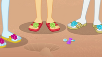 Rarity's lost earring falls on the sand EGDS15