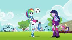 Rainbow Dash juggles the ball