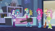 Main 5 wchodzi do sklepu uzycznego w Walka o gitarę