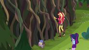 EG4 Twilight, Sunset i Spike przez ścianą konarów i pnączy