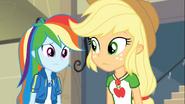 EG COYA01 20 Rainbow i Applejack martwią się o Fluttershy