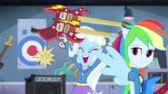 """EG2 klip """"Walka o gitarę """" Rainbow zwraca uwagę Trixie"""