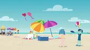 EG BT17 Ludzie spędzają czas i bawią się na plaży