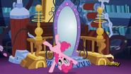 EG RR Pinkie bawi się przy portalu.