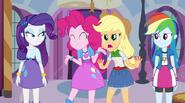 EG Pinkie, Applejack, Rainbow i Rarity stoją razem