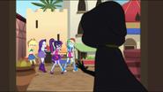 EG MF Dziewczyny zauważają podejrzaną postać