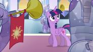 EG Twilight rozgląda się po sali tronowej