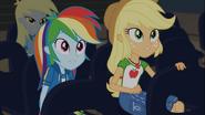 EG COYA01c Rainbow i AJ rozglądają się po sali