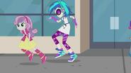 Sweetie Belle przebiega obok DJ Pon-3 w Muzyka dla moich uszu
