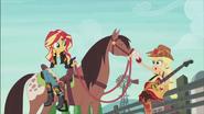 """EG2 klip """"Wieczna przyjaźń"""" Applejack podaje jabłko koniu"""