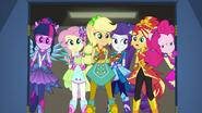 EG BT11 Dziewczyny patrzą na Rainbow Dash