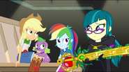 EG MF Spike, Applejack i Rainbow patrzą na Juniper