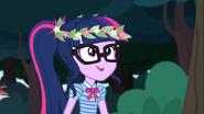 EG COYA05 Twilight Sparkle nosi wieniec z kwiatów