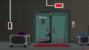 EG MF Zakapturzona postać wchodzi do pomieszczenia