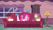 EG BT4 Pinkie Pie pyta się Lily co czyta