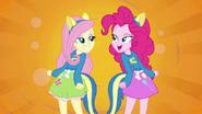 EG Fluttershy i Pinkie patrzą na siebie