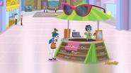EG ML Dziewczyna idzie do stoiska z okularami