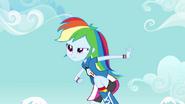 EG Rainbow Dash skupiona na piłce