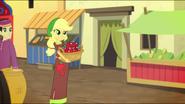 EG MF Applejack z koszem pełnym jabłek